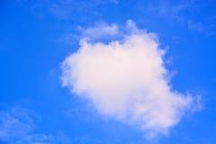Nuvens bonitas e céu azul Fotografia de Stock