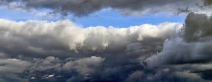 Nuvens bonitas e panorama do céu azul na alta resolução fotografia de stock