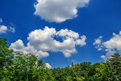 Nuvens bonitas em dias de verão Fotos de Stock
