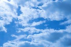 Nuvens bonitas em um céu azul profundo Foto de Stock