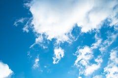 Nuvens bonitas no céu azul Imagens de Stock Royalty Free