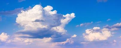 Nuvens bonitas, pitorescas, volumosos no céu azul para o desig Fotografia de Stock