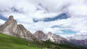Nuvens bonitas sobre as dolomites Movimento rápido vídeos de arquivo