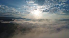 Nuvens bonitas sobre montanhas de Carpatian filme