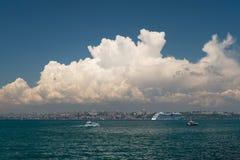 Nuvens bonitas sobre a península histórica de Istambul com Aida Cruise Ship foto de stock royalty free