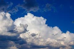 Nuvens brancas bonitas contra o céu azul fotos de stock