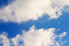 Nuvens brancas bonitas do cúmulo em um céu azul imagens de stock royalty free