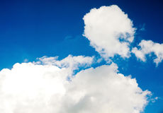 Nuvens brancas bonitas do cúmulo em um céu azul foto de stock royalty free