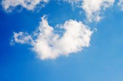 Nuvens brancas bonitas do cúmulo em um céu azul fotos de stock