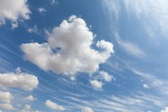 Nuvens brancas bonitas e céu azul 0102 Fotos de Stock Royalty Free