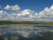 Nuvens brancas, céus azuis, fábrica velha e lagos fotografia de stock