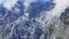 Nuvens brancas claras em torno dos picos dos cumes em Europa Imagens de Stock