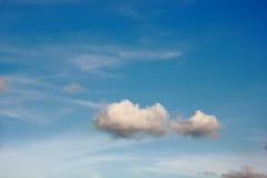 Nuvens brancas com céu azul fotos de stock royalty free
