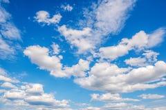 Nuvens brancas da pilha no céu azul Fotografia de Stock