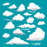 Nuvens brancas de formas diferentes em um fundo azul Imagem de Stock Royalty Free