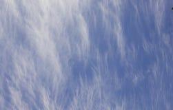 Nuvens brancas do cúmulo contra um céu azul bonito Imagens de Stock Royalty Free