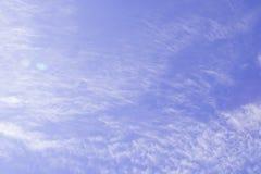 Nuvens brancas do cúmulo contra um céu azul bonito Imagem de Stock