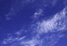 Nuvens brancas do cúmulo contra um céu azul bonito Imagem de Stock Royalty Free