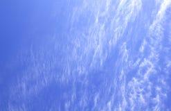 Nuvens brancas do cúmulo contra um céu azul bonito Fotografia de Stock