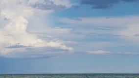 Nuvens brancas do movimento rápido no céu azul o Lago Michigan filme