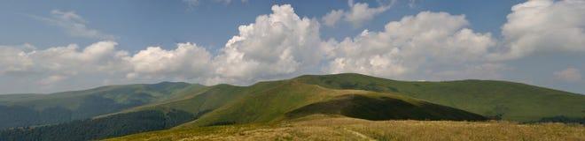 Nuvens brancas do verão acima dos prados da montanha Foto de Stock Royalty Free