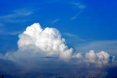 Nuvens brancas e céu azul Imagens de Stock Royalty Free