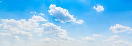 Nuvens brancas e céu azul imagens de stock