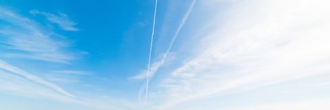 Nuvens brancas e céu azul fotografia de stock royalty free