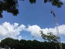 Nuvens brancas e céus azuis imagem de stock