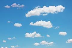 Nuvens brancas em um céu azul Fundo do céu Fotos de Stock