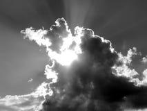 Nuvens brancas em um céu azul em uma imagem preto e branco Foto de Stock Royalty Free