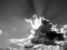 Nuvens brancas em um céu azul em uma imagem preto e branco Imagem de Stock Royalty Free