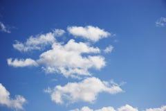 Nuvens brancas em um dia fino Fotos de Stock