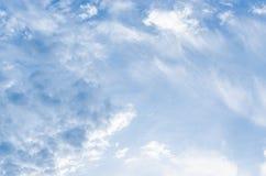 Nuvens brancas fantásticas do céu contra Imagens de Stock Royalty Free