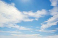 Nuvens brancas iluminadas pelo sol brilhante Imagem de Stock