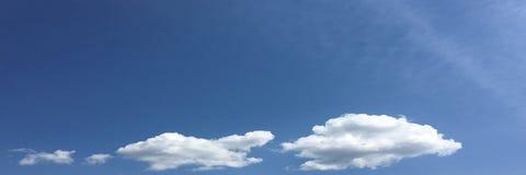 Nuvens brancas isoladas no céu azul Grupo de nuvens isoladas sobre o fundo azul Elementos do projeto Nuvens isoladas branco Ental Imagens de Stock Royalty Free