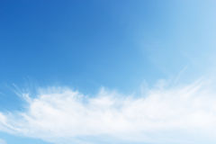 Nuvens brancas macias fantásticas de encontro ao céu azul Foto de Stock