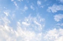 Nuvens brancas macias fantásticas do céu contra Fotografia de Stock
