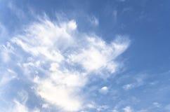 Nuvens brancas macias fantásticas do céu contra Imagens de Stock