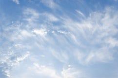 Nuvens brancas macias fantásticas do céu contra Fotografia de Stock Royalty Free