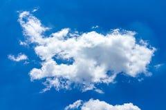 Nuvens brancas, macias no céu azul Fotos de Stock