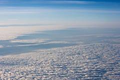 Nuvens brancas, macias no céu azul stratosphere fotografia de stock royalty free