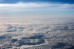 Nuvens brancas, macias no céu azul stratosphere Vista de acima fotografia de stock royalty free
