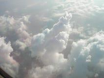 Nuvens brancas maravilhosas na maneira ao céu Foto de Stock Royalty Free