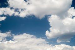 nuvens brancas no céu azul Fotos de Stock
