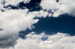 nuvens brancas no céu azul Imagens de Stock