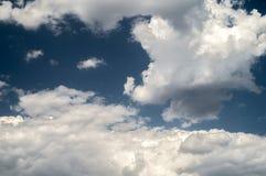 nuvens brancas no céu azul Foto de Stock