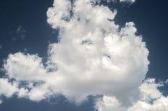 nuvens brancas no céu azul Imagens de Stock Royalty Free