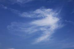 Nuvens brancas no céu azul Fotografia de Stock