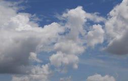 Nuvens brancas no céu azul Imagem de Stock